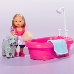 Кукла Эви купает собаку